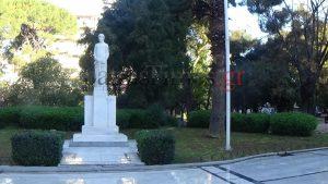 25η Μαρτίου: Έκαψαν την ελληνική σημαία στην Πλατεία Όλγας στην Πάτρα [pics, vid]