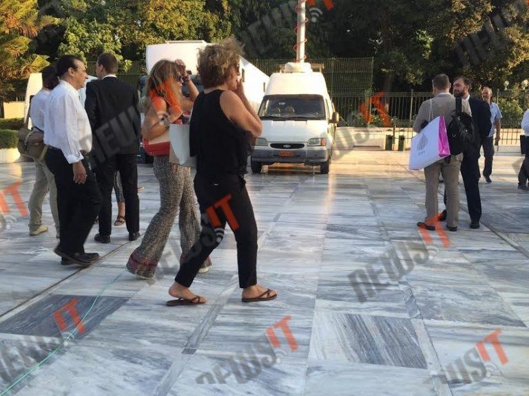 Με παντόφλες στη Βουλή η Σία Αναγνωστοπούλου για τη Συνταγματική Αναθεώρηση – ΦΩΤΟ   Newsit.gr