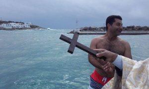 """Θεοφάνεια: Χωρίς """"αντίπαλο"""" ο Δήμαρχος στη Σίκινο – Έπεσε μόνος του για τον Σταυρό [vid]"""