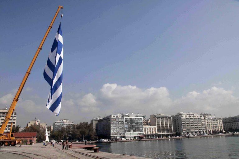 Η μεγαλύτερη ελληνική σημαία στο λιμάνι της Θεσσαλονίκης | Newsit.gr