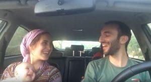 Ζευγάρι τραγουδά στο αυτοκίνητο – Θα «λιώσετε» με την αντίδραση του μωρού τους! [vid]