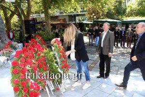 Τρίκαλα: Με συνθήματα κατέθεσαν στεφάνια βουλευτές του ΣΥΡΙΖΑ [vid]