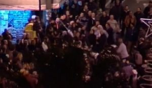 H στιγμή της επίθεσης των διαδηλωτών στο μπλοκ του ΣΥΡΙΖΑ [vid]