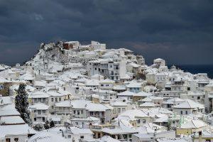 Καιρός: Συνεχίζεται το μαρτύριο σε Σκόπελο, Αλόννησο – Ξεπέρασε τα δύο μέτρα το χιόνι!