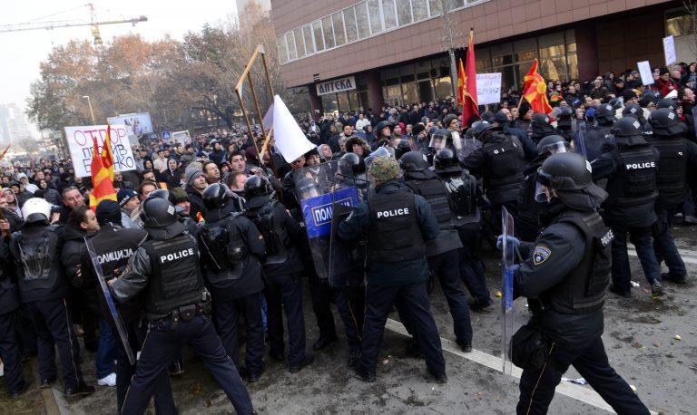 Δείτε βίντεο με τις μπουνιές που έπεσαν στη βουλή των Σκοπίων | Newsit.gr