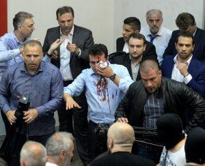 Τα Βαλκάνια «φλέγονται»! Βία και αίμα στα Σκόπια – Εικόνες σοκ από την εισβολή εθνικιστών στη Βουλή [pics, vids]