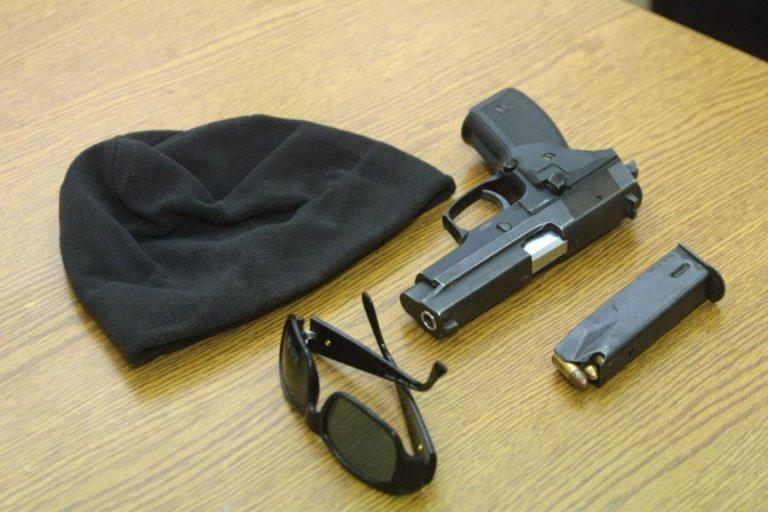 Ο γκαντέμης ληστής: Τον είδαν αστυνομικοί την ώρα που έβαζε την κουκούλα και τα γάντια του! | Newsit.gr