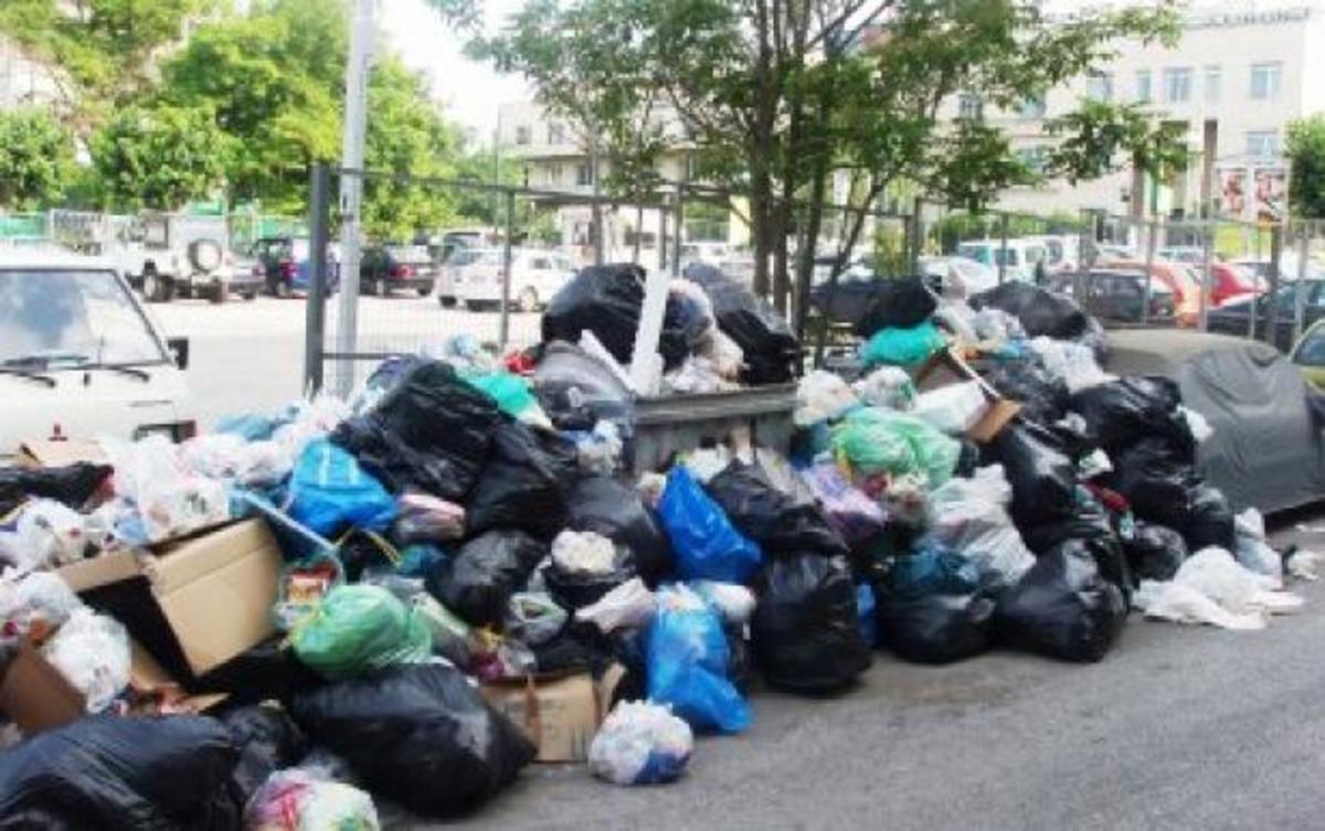 Βουνά σκουπιδιών στη Φθιώτιδα λόγω της απεργίας | Newsit.gr