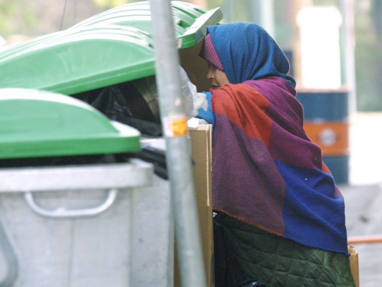 Βόλος: Ψάχνουν ρακοσυλλέκτρια σε σπίτι-σκουπιδότοπο | Newsit.gr