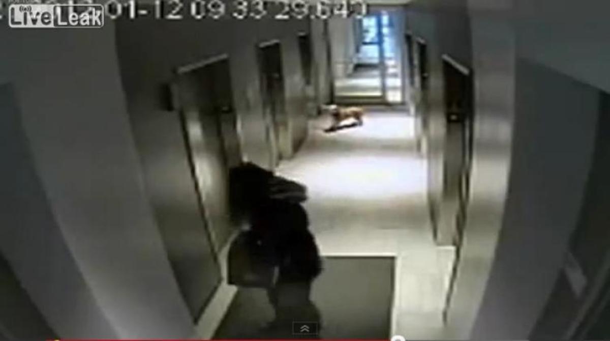ΑΠΙΣΤΕΥΤΟ βίντεο! Ξέχασε το σκύλο του έξω από το ασανσέρ κρατώντας τον με το λουρί! | Newsit.gr