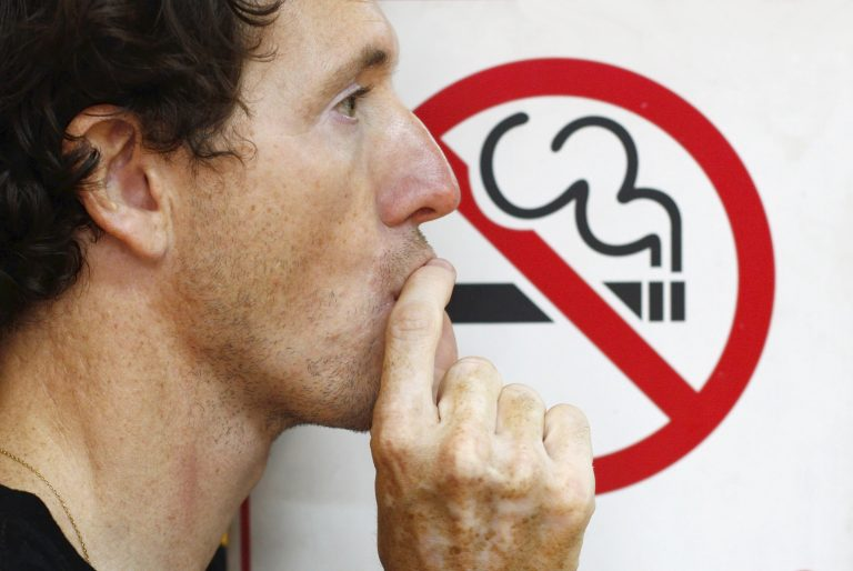 Οι Έλληνες κόβουν το τσιγάρο για να κάνουν οικονομία | Newsit.gr