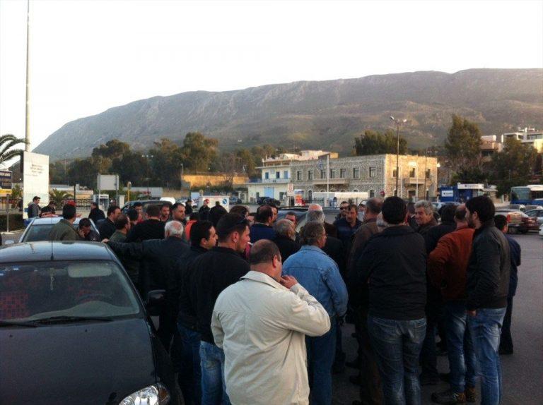 Συγκεντρωμένοι αγρότες στο λιμάνι της Σούδας πιέζουν για την αναχώρηση πλοίου | Newsit.gr