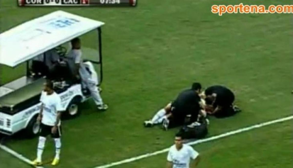 Σοκαριστικό βίντεο: Ποδοσφαιριστής με σπασμούς μετά από σοβαρό χτύπημα! | Newsit.gr