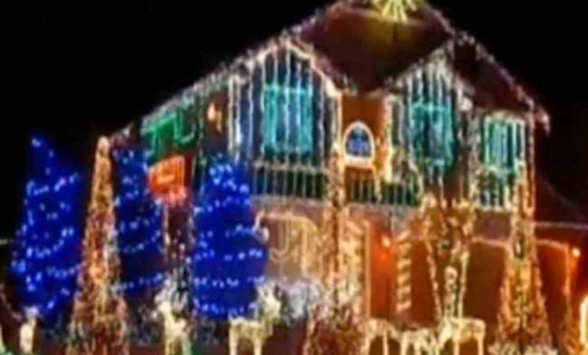 Τα χριστουγεννιάτικα φωτάκια με μελωδία Παντελή Παντελίδη! | Newsit.gr