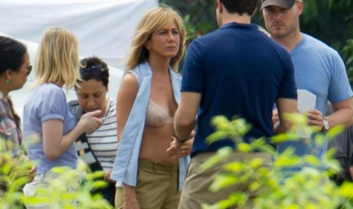 J. Aniston: Οι φωτογραφίες με τα εσώρουχα στα γυρίσματα και η 20χρονη που την ντουμπλάρει! | Newsit.gr