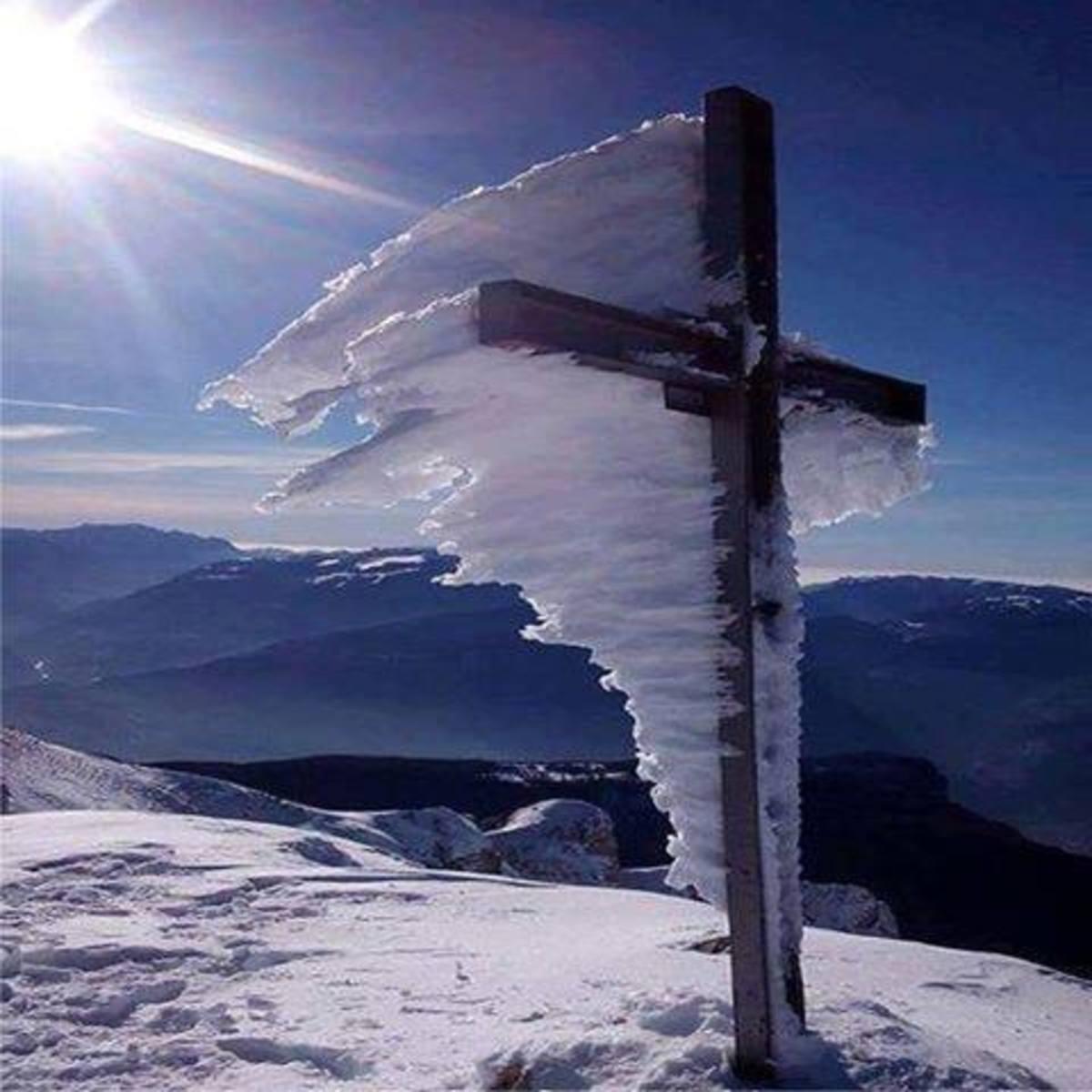 Χιόνια: Η συγκλονιστική φωτογραφία του σταυρού στον Ψηλορείτη | Newsit.gr