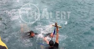 Θεοφάνεια – Πειραιάς: Καρέ – Καρέ η στιγμή που άνδρες των ΟΥΚ σήκωσαν τον Τίμιο Σταυρό [vid]
