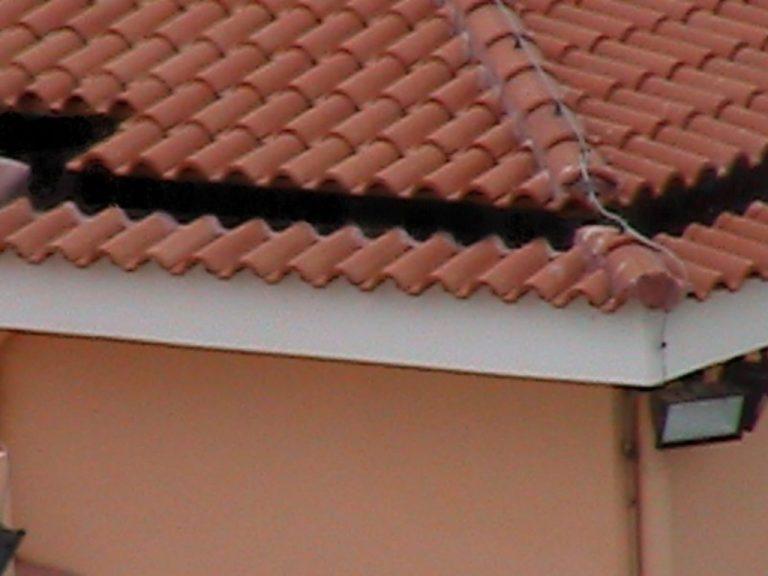 Ακράτα: Έβγαλαν ένα – ένα τα κεραμίδια για να μπουν στο σπίτι! | Newsit.gr
