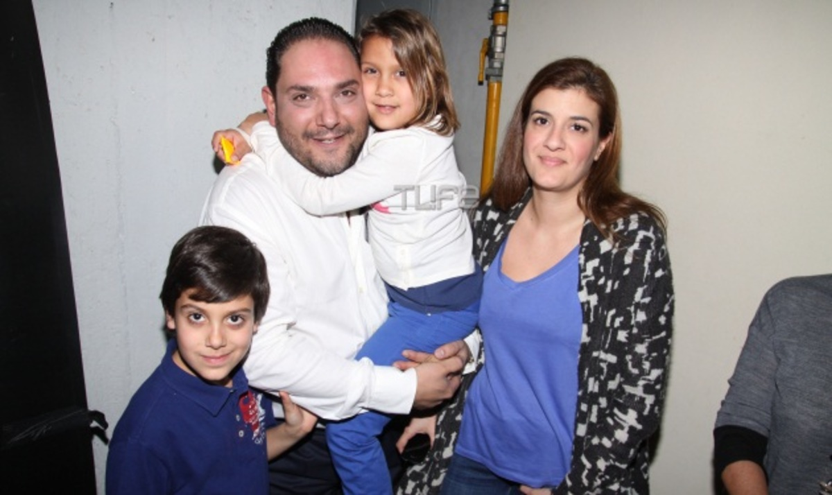 Ο Στέλιος Διονυσίου ποζάρει με την σύζυγο και τα παιδιά του!   Newsit.gr