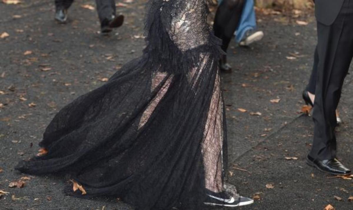 Σταρ του Χόλιγουντ πήγε στην πρεμιέρα της ταινίας της με… αθλητικά παπούτσια! | Newsit.gr