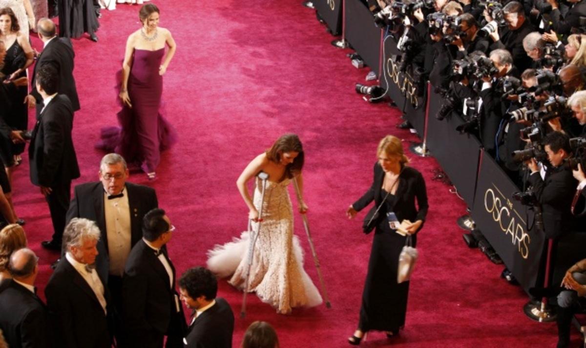 H Kirsten Stewart περπάτησε με πατερίτσες το κόκκινο χαλί των Oscar! Φωτογραφίες | Newsit.gr