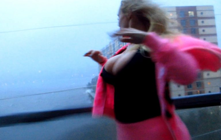 Αμερικανίδα ηθοποιός προέταξε τα στήθη της στον τυφώνα Sandy! | Newsit.gr