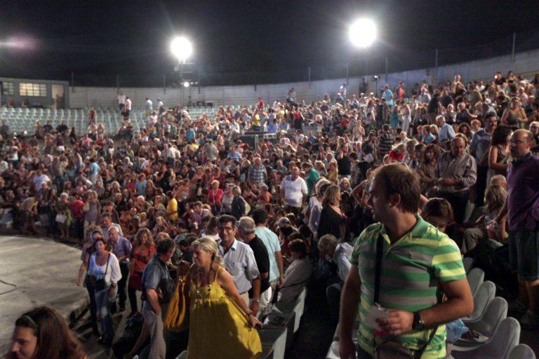 Τηλεφώνημα για βόμβα διέκοψε την συναυλία γνωστών τραγουδιστών στη Λάρισα! | Newsit.gr