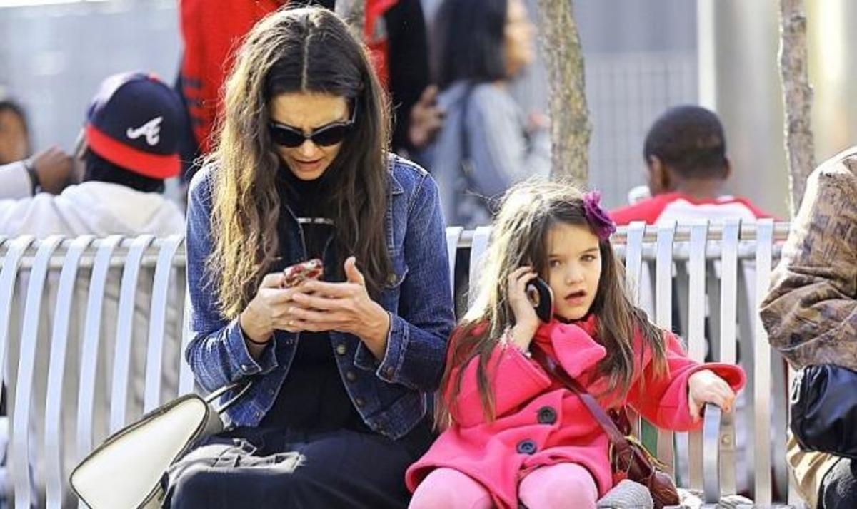 Τι κι αν είναι 6 χρόνων; Η μικρή Suri μιλά στο κινητό και κλείνει ραντεβού με το νέο της φίλο! | Newsit.gr