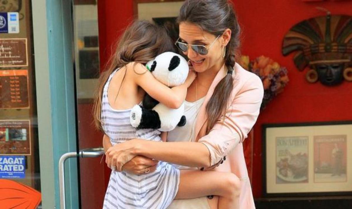 Η Suri ξανά στην αγκαλιά της μαμάς της K. Holmes μετά το ταξίδι στην Κίνα! | Newsit.gr