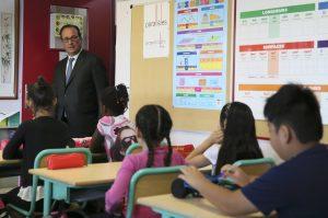 Γαλλία: Ένοπλοι αστυνομικοί φρουρούσαν τα σχολεία για την επιστροφή των μαθητών [vid]