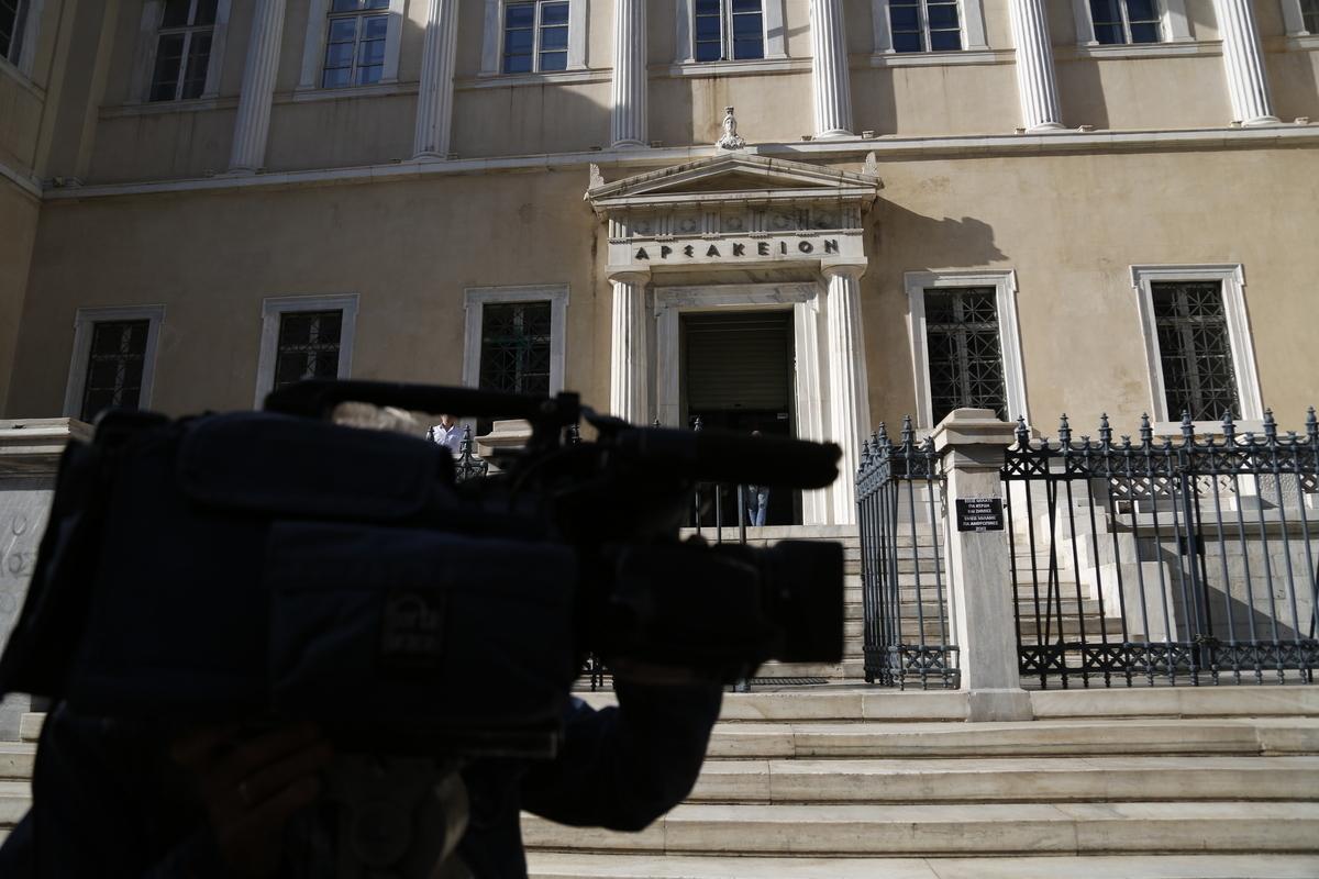 Τηλεοπτικές άδειες: Τα δικαστήρια κοιτάζουν και οι αδειοδοτημένοι | Newsit.gr