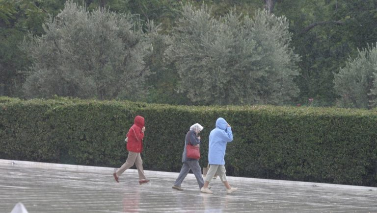 Καιρός: Δεν λέει να φύγει ο χειμώνας! Σφοδρές καταιγίδες και… χαλάζι! Πού θα χτυπήσει η κακοκαιρία | Newsit.gr