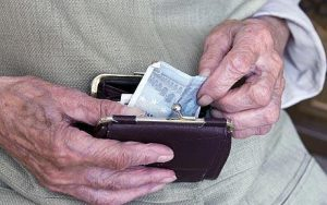 Συντάξεις – Προσωπική διαφορά: Τσεκούρι έως 300 ευρώ το μήνα!