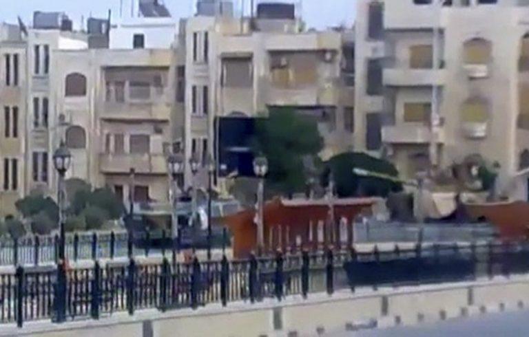 Ελεύθεροι σκοπευτές πυροβολούν ό,τι κινείται στη Χάμα! – «Μας σφάζουν σαν τα πρόβατα στους δρόμους!» | Newsit.gr