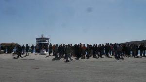 Σύρος: Μπλόκαραν το λιμάνι ζητώντας τα λεφτά τους [vid]