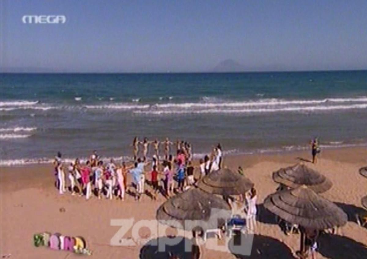 Σήκωσαν τους λουόμενους από τις ξαπλώστρες για να χορέψουν συρτάκι! | Newsit.gr