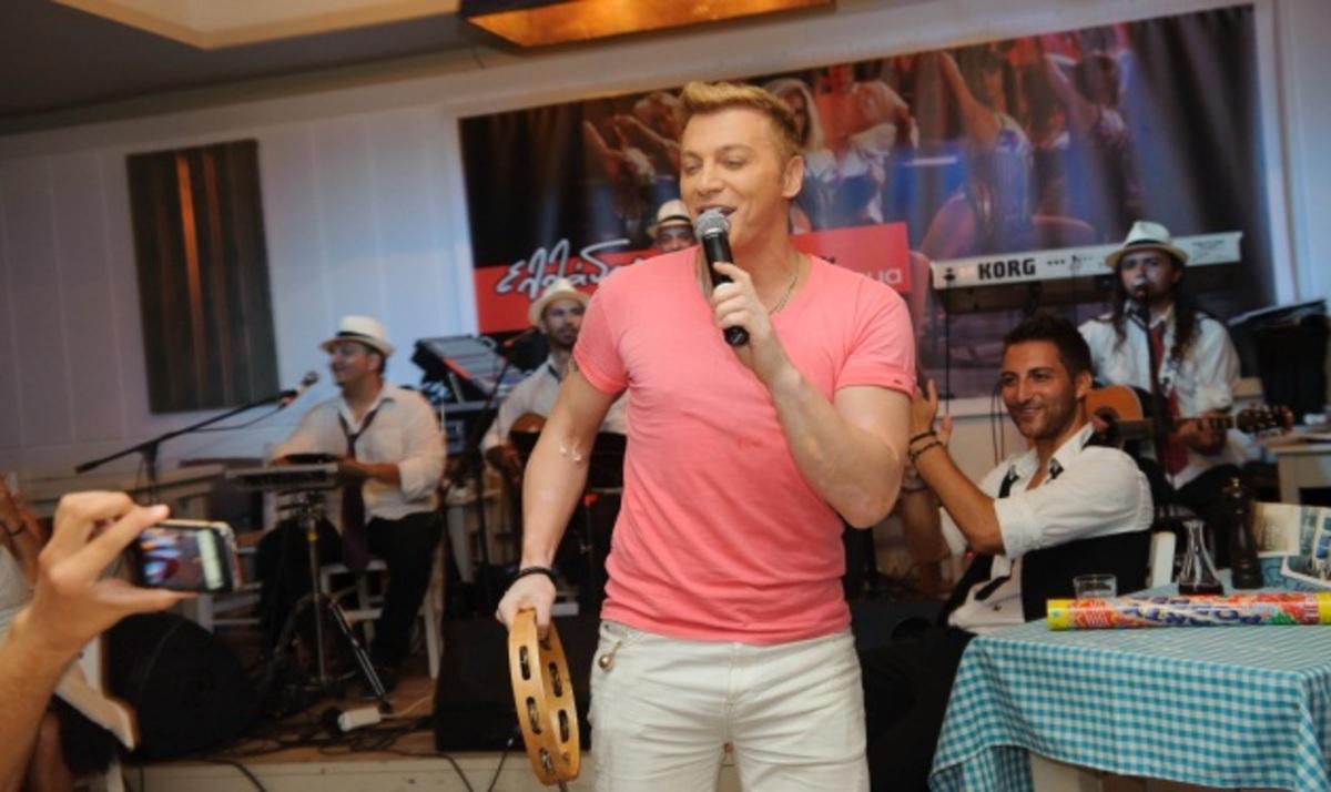 Τ. Ζαχαράτος: Ξεσήκωσε το κοινό σε μια βραδιά αφιερωμένη στον ελληνικό κινηματογράφο! | Newsit.gr