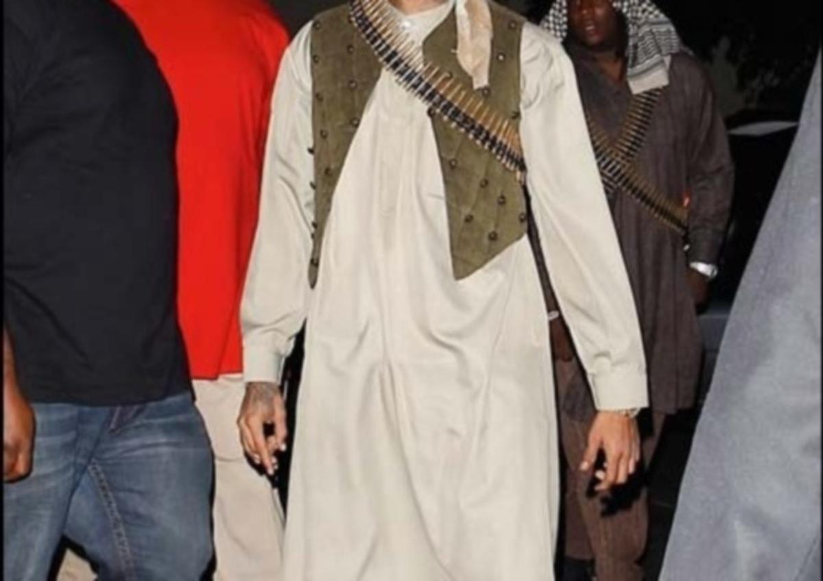Ποιος διάσημος τραγουδιστής ντύθηκε τρομοκράτης Ταλιμπάν σε Halloween πάρτι;   Newsit.gr