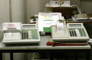 Γιατί αργεί η σύνδεση των ταμειακών μηχανών με το TAXIS; SOS για το όργιο φοροδιαφυγής!