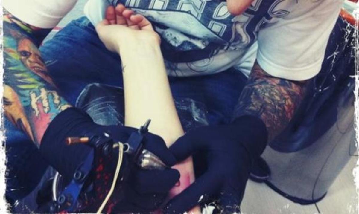 Ποια τραγουδίστρια έκανε καινούργιο τατουάζ βράδυ Παρασκευής; | Newsit.gr