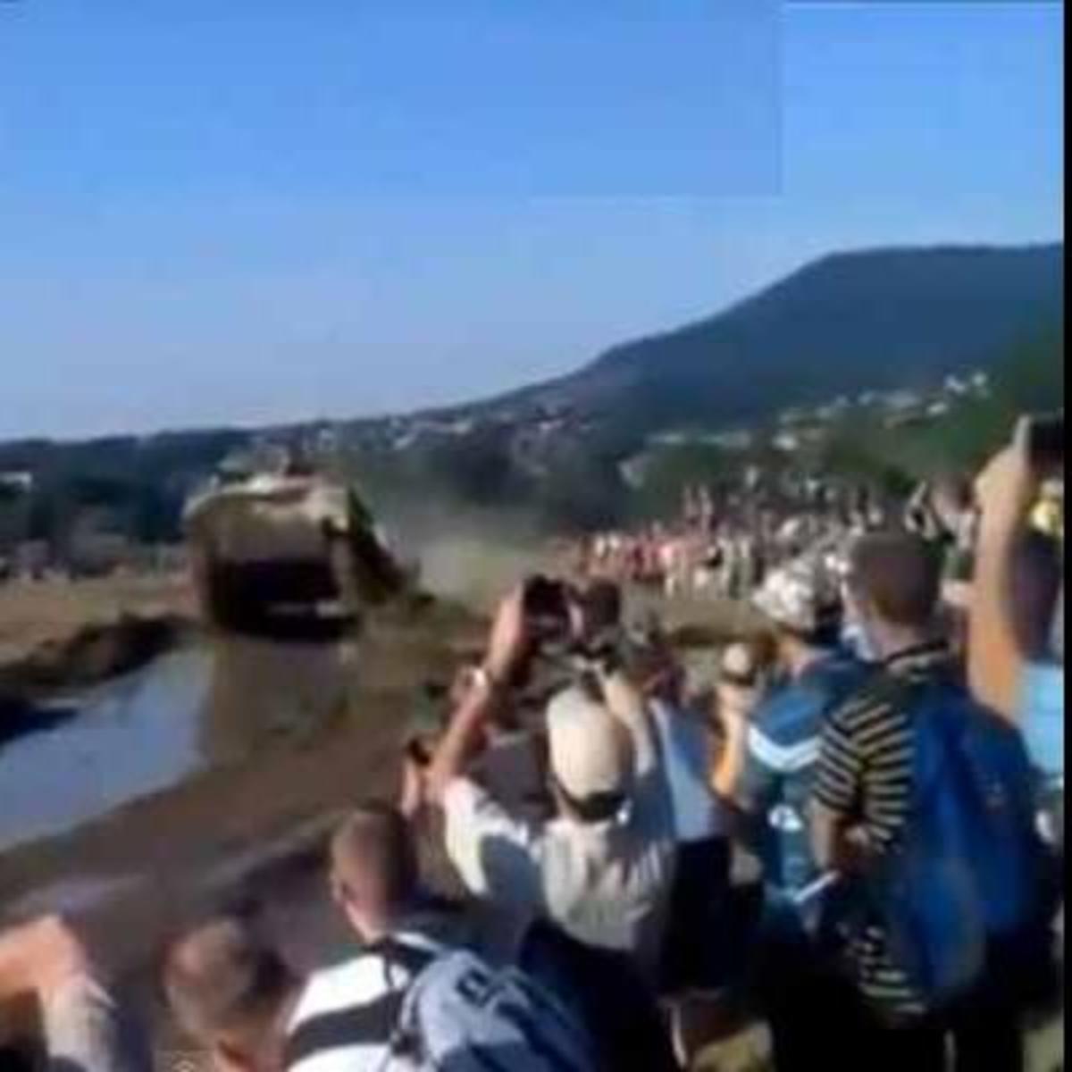 ΔΕΙΤΕ προσεκτικά τι θα συμβεί στο πλήθος που παρακολουθεί το τανκ!   Newsit.gr