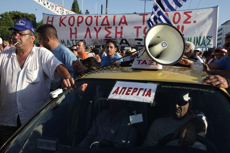 Πορεία ιδιοκτητών ταξί προς το Αεροδρόμιο Χανίων | Newsit.gr