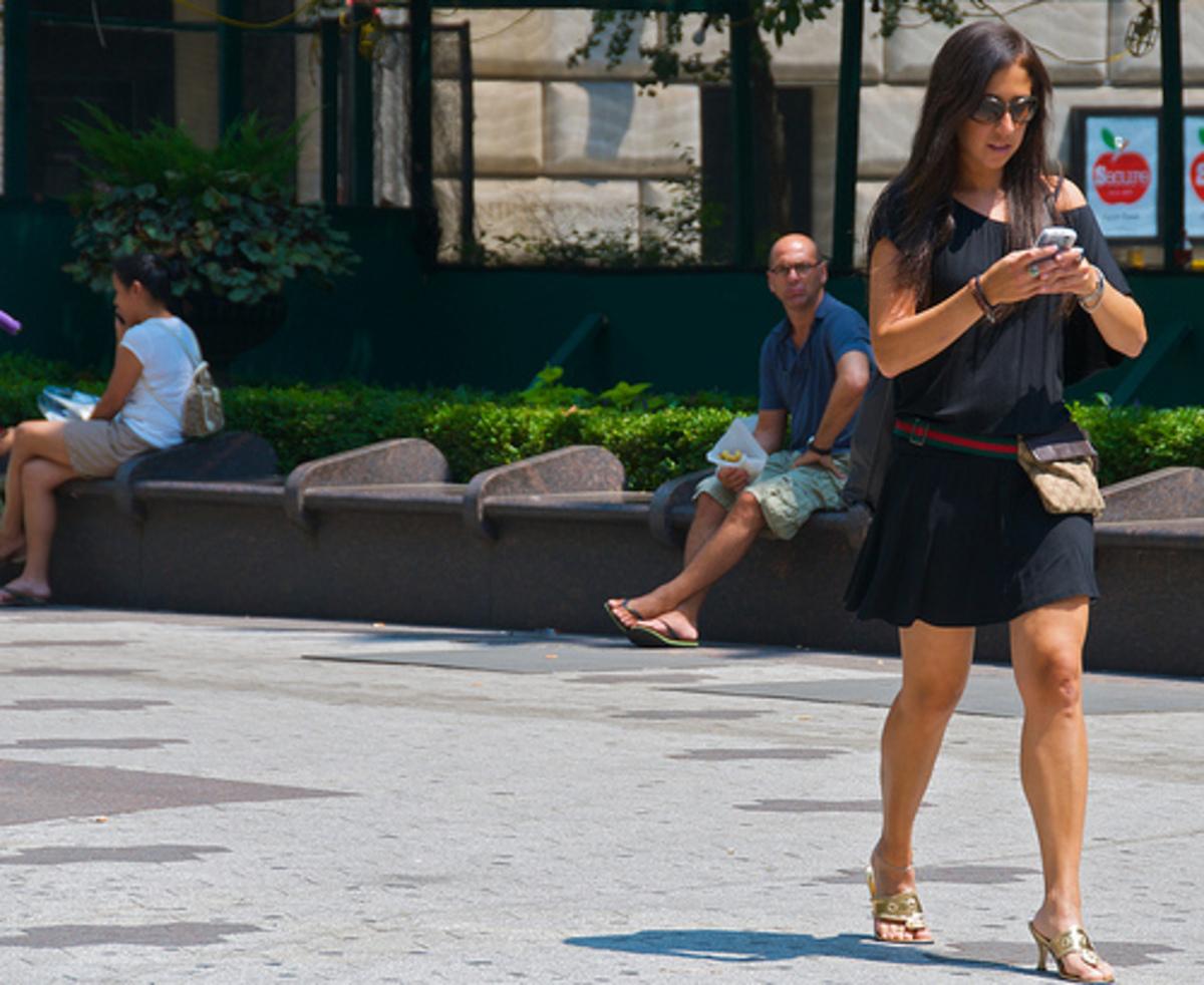 Μην στέλνετε μηνύματα ενώ περπατάτε, θα ρεζιλευτείτε – Δείτε ξεκαρδιστικό video | Newsit.gr