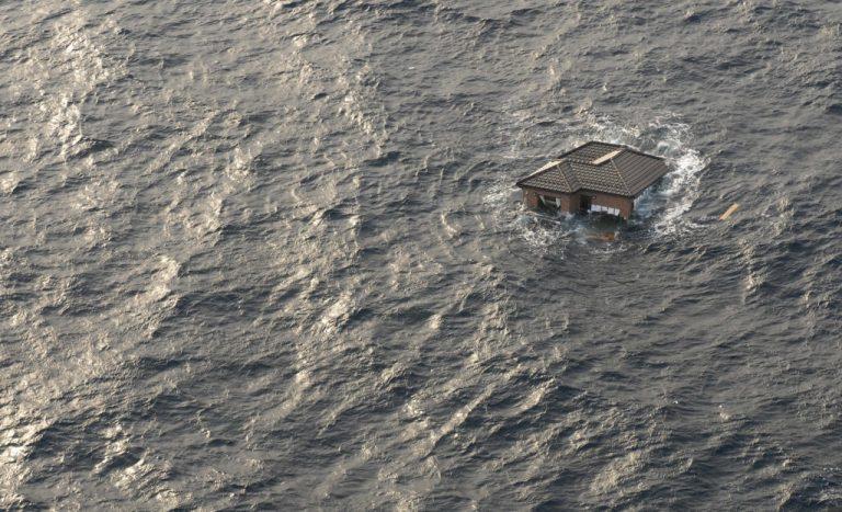 Το σπίτι στον Ειρηνικό – Το αυτοκίνητο στην σκεπή και οι πόλεις συντρίμμια – O σημερινός απολογισμός | Newsit.gr