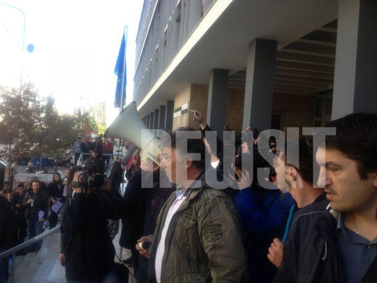 Ελεύθεροι οι 11 συλληφθέντες του ΑΠΘ – «Να παραιτηθεί άμεσα ο Πρύτανης!» – ΒΙΝΤΕΟ | Newsit.gr