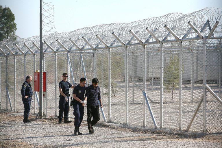 Θράκη: Θύελλα αντιδράσεων για τη μεταφορά μεταναστών στη σχολή αστυφυλάκων | Newsit.gr