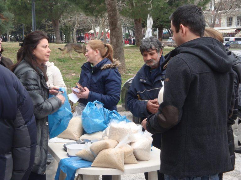 Χαμός στην Ξάνθη για φθηνά προϊόντα – Δωρεάν τρόφιμα σε ανέργους μοίρασαν στο Κορωπί   Newsit.gr