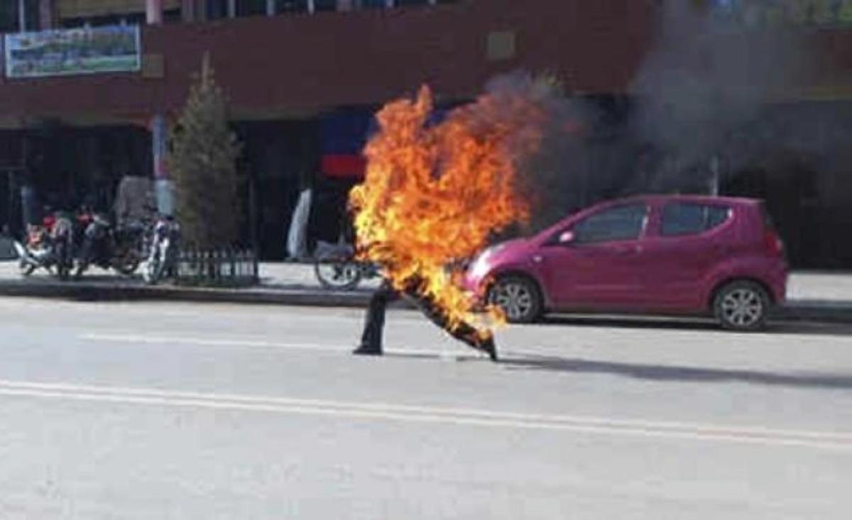 Αυτοπυρπολήθηκαν δυο έφηβοι Θιβετιανοί   Newsit.gr
