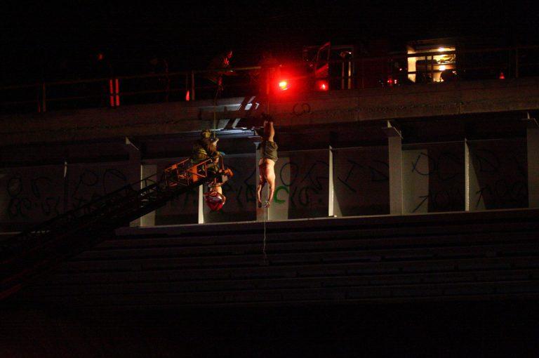 Φρίκη! Τους αποκεφάλισαν και τους κρέμασαν από γέφυρα   Newsit.gr
