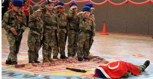 Σοκ! Παιδάκια αναπαριστούν το τουρκικό πραξικόπημα με ψεύτικα όπλα και νεκρό [pic]